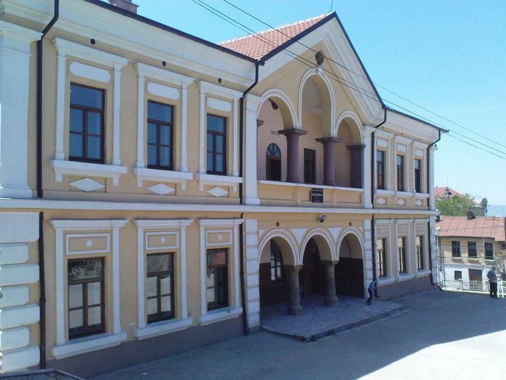 """Shkolla """"Lidhja e Prizrenit"""", gjatë Luftës së Dytë Botërore mbante emrin e heroit """"Bajram Curri""""."""