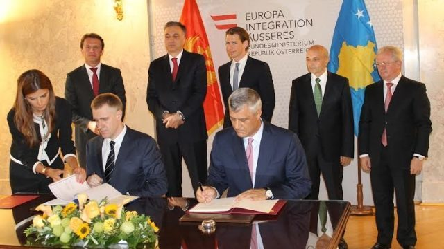 Hashim Thaçi duke e nënshkruar faljen e tokës shqiptare për Malin e Zi