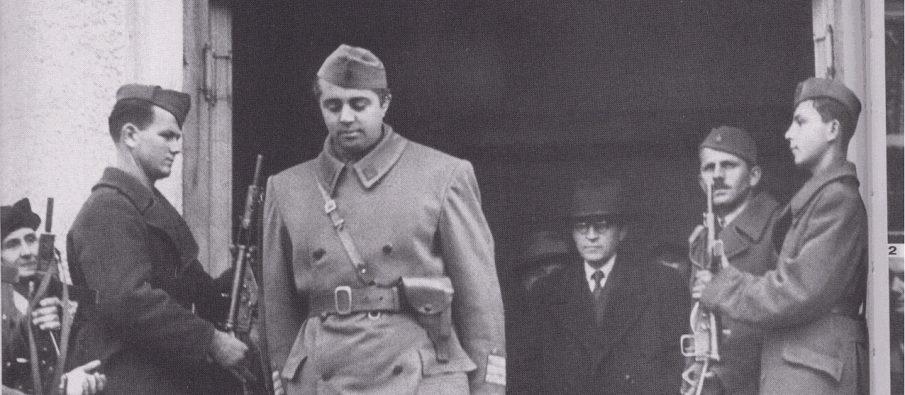 Enver Hoxha, i veshur me uniformën e ushtarit pushtues serbomadh