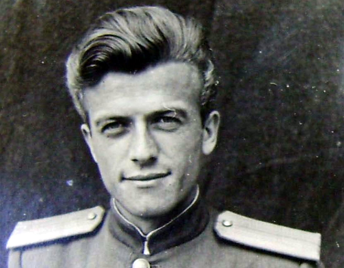 Porodini në moshë të re me uniformën sovjetike të oficerit të Sigurimit