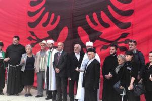 """""""Përshpirtje ndër varret e mohuara"""", një ceremoni shpirtërore në Ish-Kampin e Përqendrimit të Tepelenës"""
