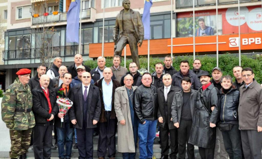 ZAHIR PAJAZITIT, SI PËRFAQËSUES I UNIVERZITETIT TË KOSOVËS, I RA HISE TË VIHET NË BALLË TË NJËSIVE GUERILE