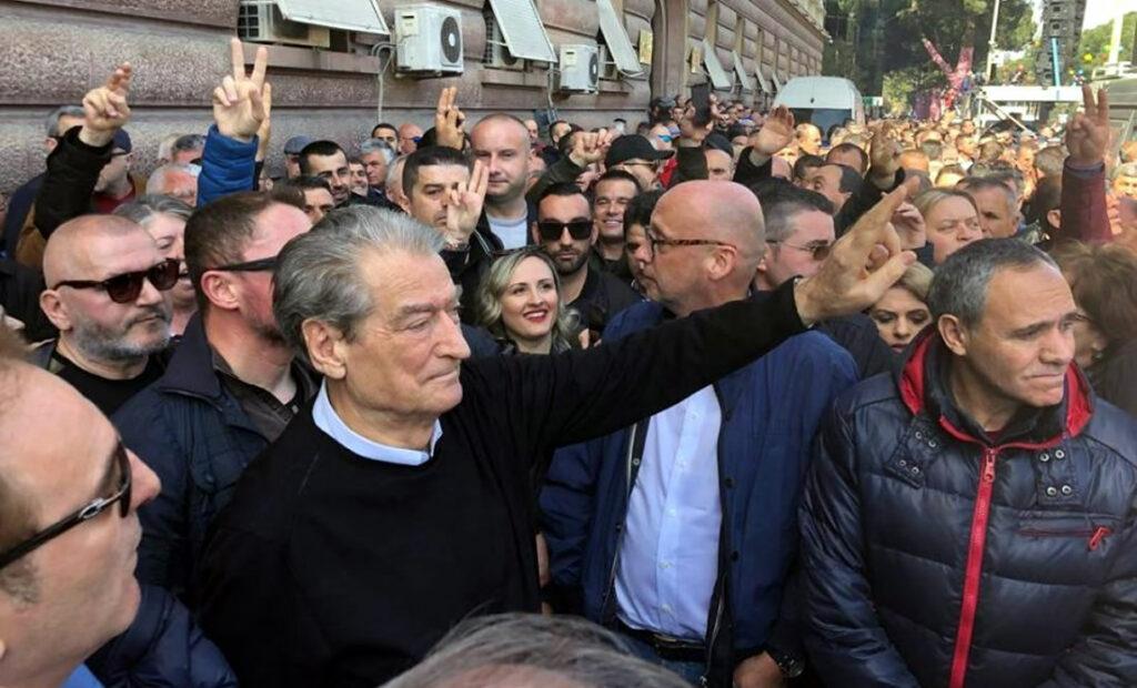 Përfaqësuesi i kancelares Angela Merkel në protestën e opozitës, inkurajon shqiptarët