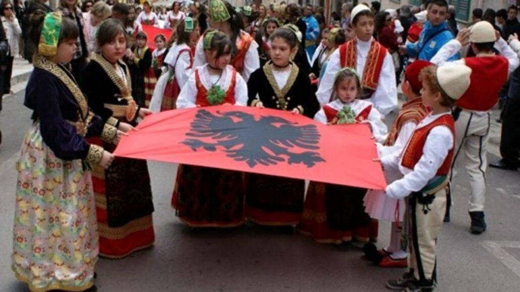 Shqiptarit që shpalosi flamurin kombëtar në Ohër, pushtuesi racist dhe gjakpirës ia ndalon hyrjen në Maqedoni të Veriut për 5 vjet