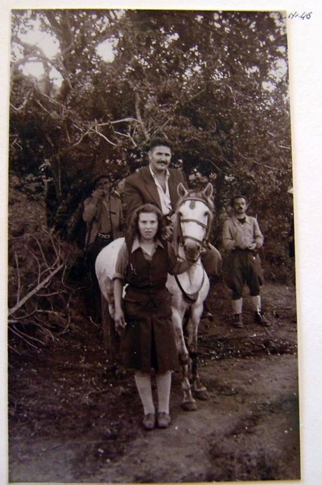 Foto e vitit 1943 diku ne malet e Shqiperise. Personi mbi kale eshte Miladin Popoviçi ndersa vajza qe mban kalin eshte nje partizane shqiptare, quhej Fatime Ruli. Vini re me kujdes arrogancen dhe kapadaillekun e te tre burrave, mbi kale e ne kembe, dhe vereni mimiken e vajzes. Nje foto qe te le nje shije te hidhur. Per ata qe nuk e njohin historine e Shqiperise, pak a shume, Miladin Popoviçi ishte komunist jugosllav me influence shume te forte ne kreun e partise komuniste shqiptare dhe qe historia post komuniste e njeh si nje nga themeluesit jugosllave te partise komuniste shqiptare.