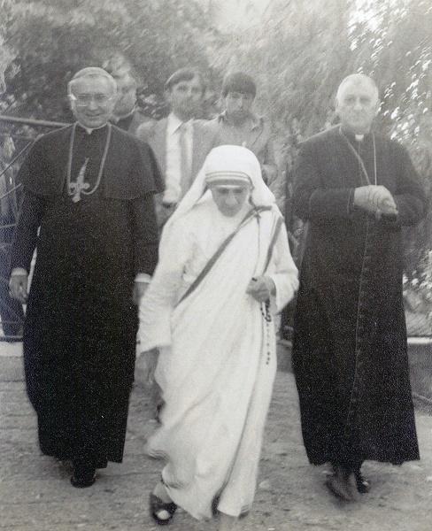 Nëna Tereze me dy ipeshkvintë e atëhershëm, Imzot Joakim Herbut dhe Imzot Nikë Prela (Letnicë, 28. O6. 1980).