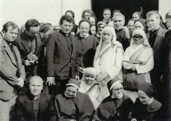 Nëna Tereze me murgesha dhe meshtarë (Shkup, 27. 06. 1980).