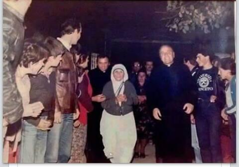 Nënë Tereza e shoqëruar nga Don Mark Sopi, famullitari i Zllakuqanit dhe Don Fran Sopi, famulltar i Klinës (1982).