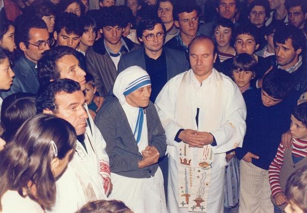 """Nëna Tereze në kishën """"Shën Katarina"""" (Pejë, 22 tetor 1982)."""