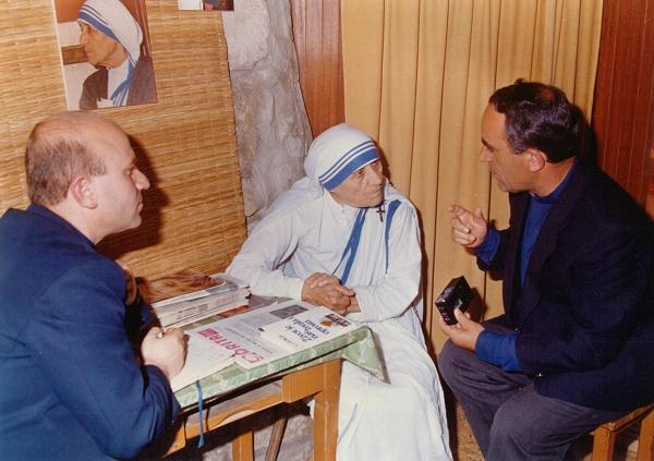 Nënë Tereza Intervistohet nga dy meshtarët e Kosovës, Don Lush Gjergji dhe Don Zef Gashi (momentalisht argjipeshkëv i Tivarit në pension (Pejë, 18. 7. 1986)