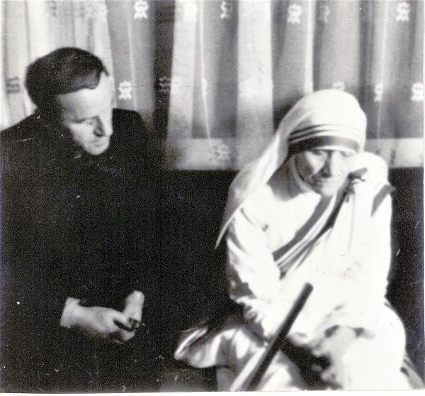 Mons. Nikollë Mini gjatë intervistës me Nënën Tereze (Prizren, 12 korrik 1970).