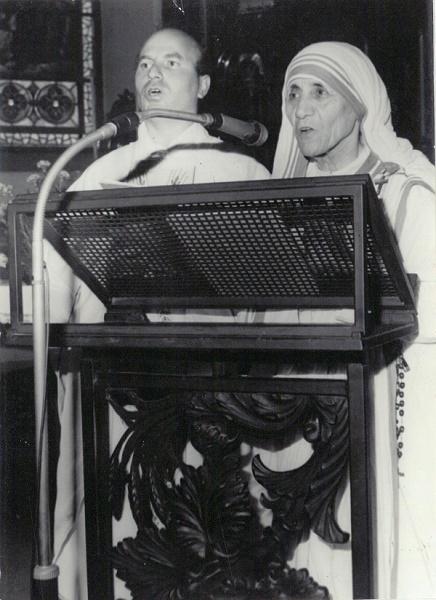"""Nënë Tereza dhe Don Lush Gjergji duke e kënduar këngën e Zojës së Letnicës, """"N'Cernagore kem nji Nanë"""". (Letnicë, 1978)"""
