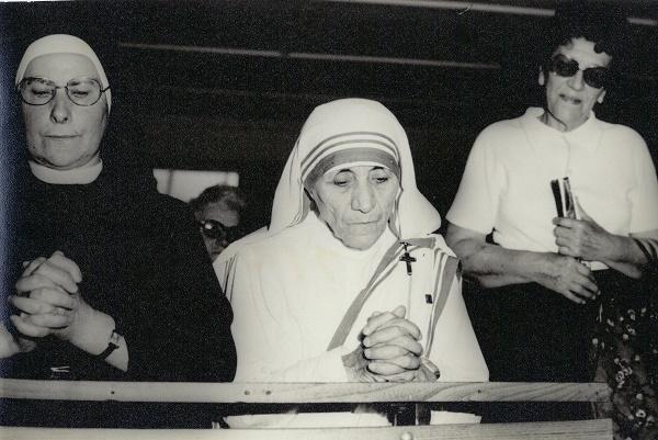 """Nëna Tereze në kapelë në """"Bitpazar"""" (Shkup, 28 mars 1978)."""