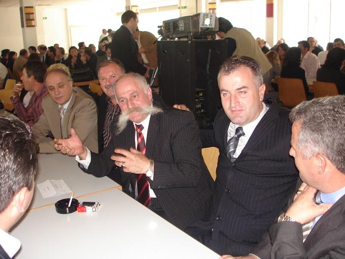 Në përvjetorin e 8-të përkujtimor të heroit Salih Çekaj Nga e djathta; Smajli i vëllai i heroit Sali Çeku, kolonel Rrustem Berisha, Rifat Jashari, Xhafer Leci, Pjetër Coli e shokë të tjerë...,  München, 30 prill 2006