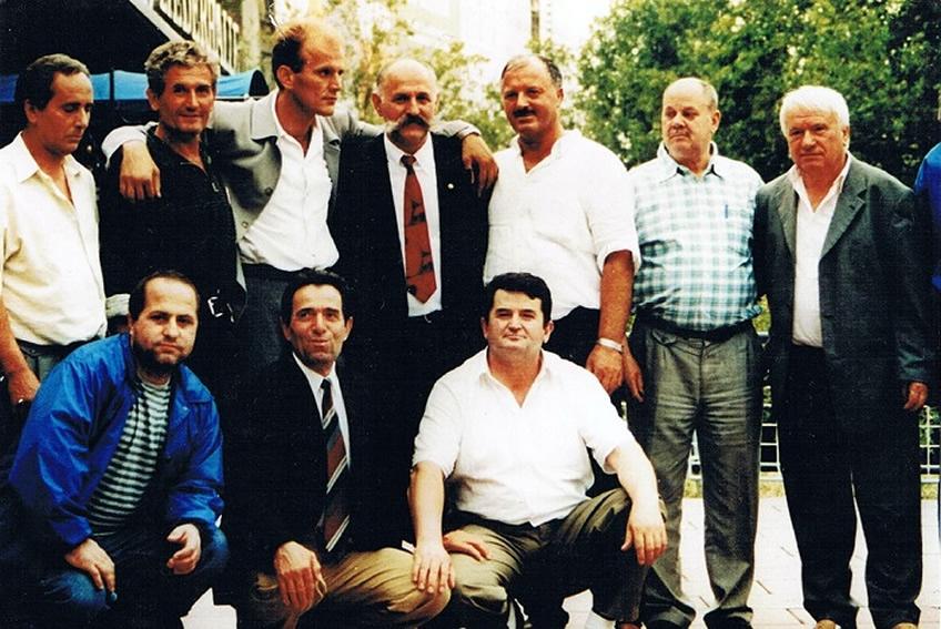 Në përvjetorin e I- rë përkujtimor të heroit Salih Çekaj Nga e djathta: Selim Koca, Veli Fazliu-Gjyrisheci, Xhafer Leci, Rifat Jashari, Gani Geci, një shok dhe Shaban Bobaj, ulur Shaqir Hysenaj e shokë të tjerë..., Stuttgart, 2000