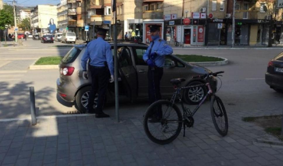 Polici grushton të riun në Mitrovicë, kapiteni i Policisë tallet me gazetarët