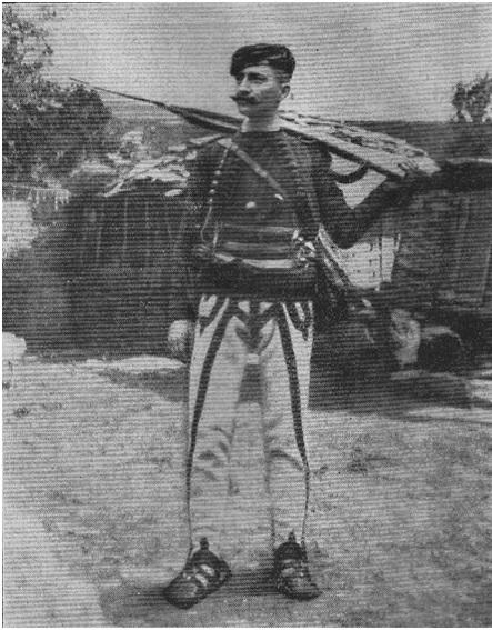 Foto 10. Vojislav Tankosić, i fotografuar jashtë shtëpisë së Isa Boletinit në vitin 1911, me veshje shqiptare i maskuar si shqiptar, gjatë bisedimeve për bashkëpunim kundër P. Osmane.